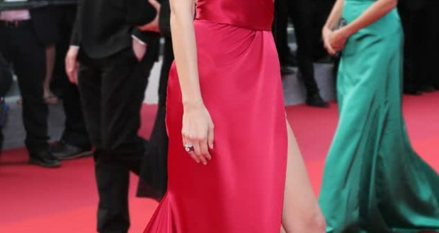 Balla Hadid qui monte les marches du Festival de Cannes 2016